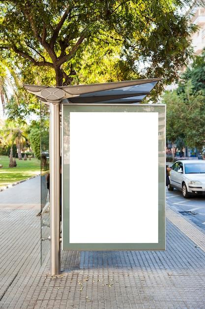 Anschlagtafel an der bushaltestelle vor bäumen Kostenlose Fotos