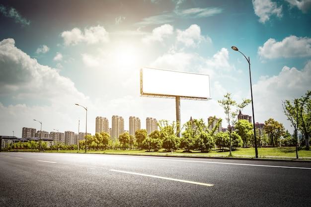 Anschlagtafel leer für außenwerbung plakat oder leere anschlagtafel nachts zeit für anzeige. strassenlicht Kostenlose Fotos