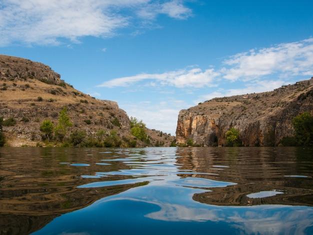 Ansicht am wasserspiegel der landschaft eines flusses, der eine schlucht kreuzt Premium Fotos