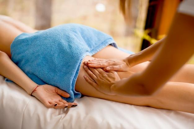 Ansicht an der schönen blonden frau, die eine massage am gesundheitsbadekurort genießt Premium Fotos