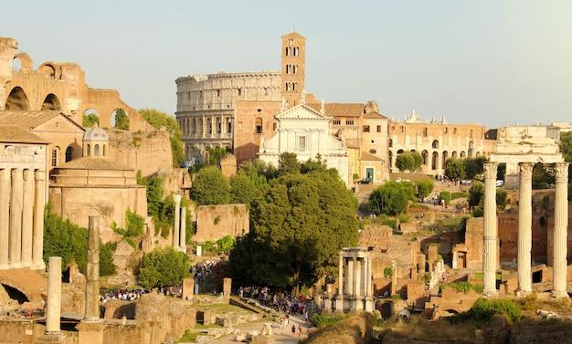 Ansicht der antiken römischen stadtruinen, in rom, italien Premium Fotos