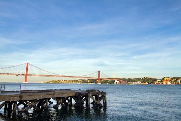 Ansicht der berühmten portugiesischen brücke über dem tajo in lissabon, portugal. Premium Fotos