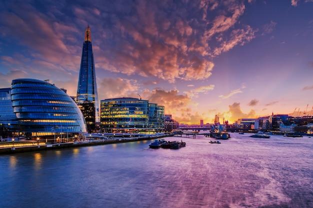Ansicht der londoner stadt bei sonnenuntergang. Premium Fotos