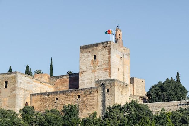 Ansicht des alhambra-palastes vom carvajales-standpunkt. blauer himmel für exemplarplatz oder -collage Premium Fotos