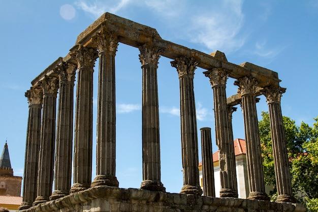 Ansicht des berühmten tempels des diana-denkmals, gelegen in evora, portugal. Premium Fotos