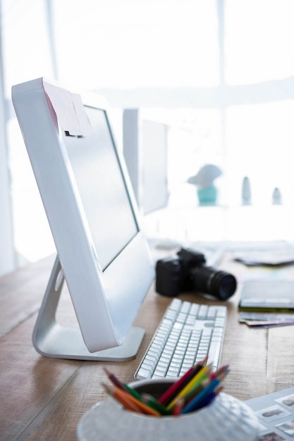 Ansicht des computers auf schreibtisch in einem büro Premium Fotos