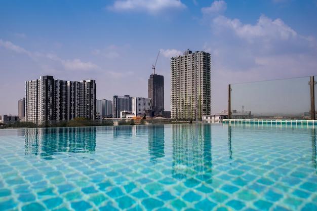 Ansicht des gebäudes mit reflexion des poolwassers Premium Fotos