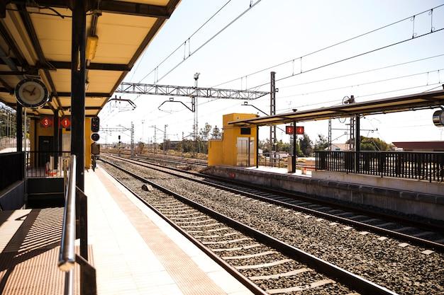 Ansicht des leeren bahnhofs mit eisenbahn Kostenlose Fotos