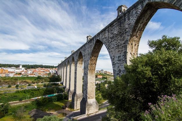 Ansicht des markstein aquädukts gelegen in lissabon, portugal. Premium Fotos