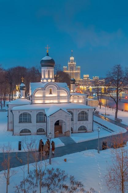 Ansicht des moskvoretskaya-dammes am abend von der seite des zaryadye-parks Premium Fotos