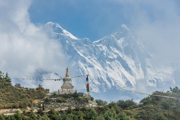 Ansicht des mount everest und des nuptse mit buddhistischen gebetsflaggen von kala patthar im nepal Premium Fotos