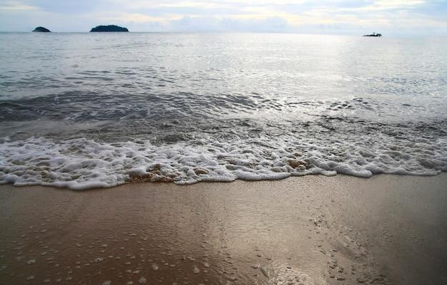 Ansicht des sandstrandes und der meerwasserwelle am abend, koh chang-insel Premium Fotos