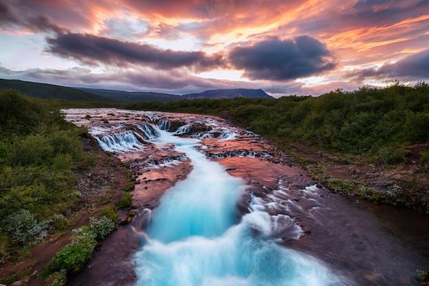 Ansicht des schönen bruarfoss-wasserfalls am sommer in südisland Premium Fotos