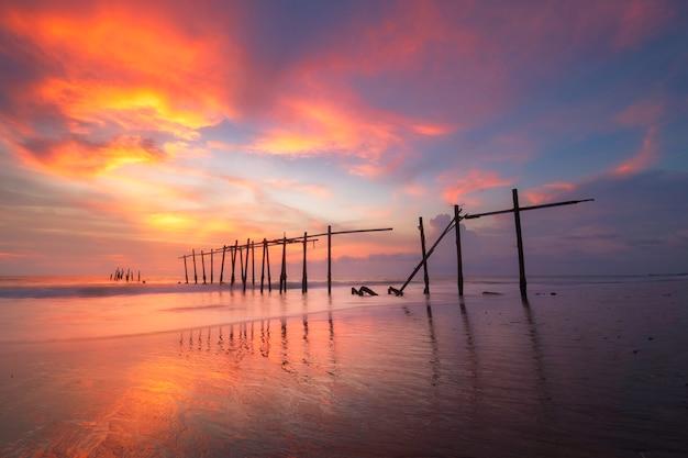 Ansicht des sonnenuntergangs an der pilai brücke in phangnga, thailand Premium Fotos