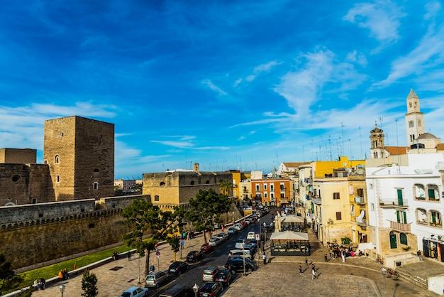 Ansicht des svevo schlosses und des quadrats von federico ii di svevia ein frühlingstag mit einem hintergrund des blauen himmels und der wolken. Premium Fotos