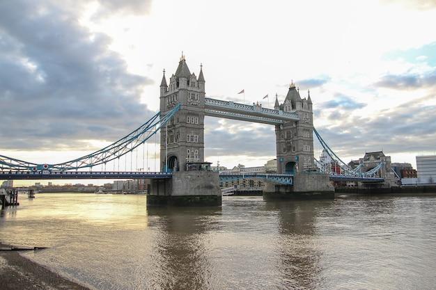 Ansicht des wahrzeichens der turmbrücke in london bei großbritannien vor sonnenuntergang Premium Fotos