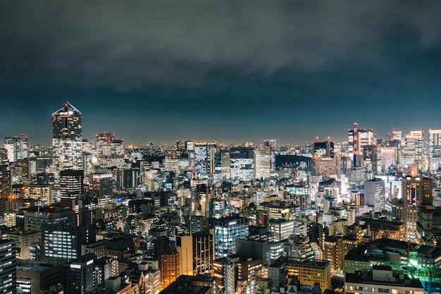 Ansicht des wolkenkratzergebäudes mit glühendem licht in der metropolenstadt Premium Fotos