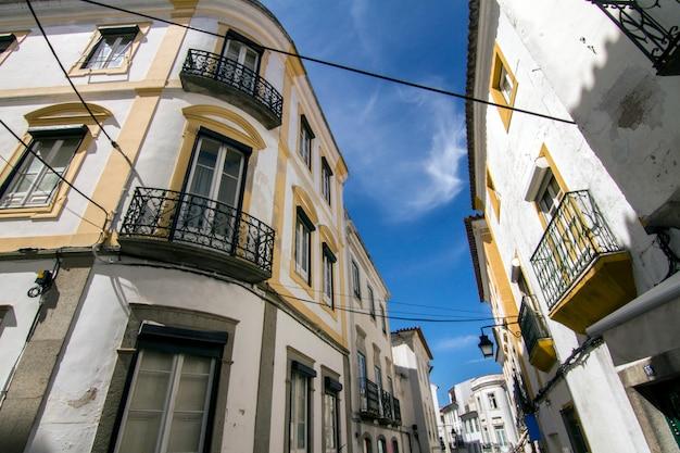 Ansicht einer typischen straße der alentejo-regiondörfer, diese ist von evora-stadt, portugal. Premium Fotos