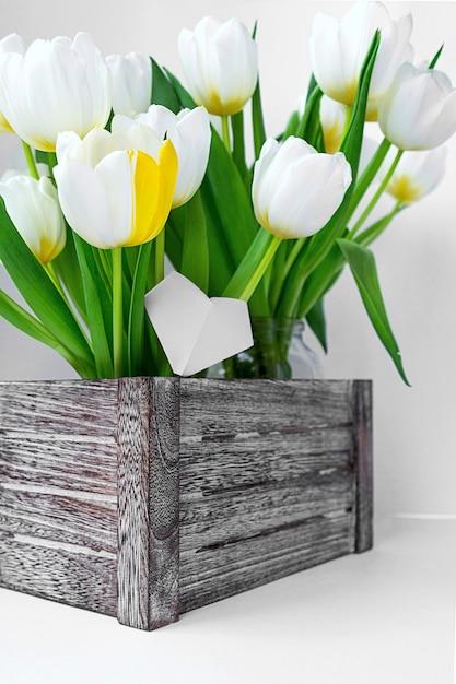 Ansicht eines blumenstraußes der weißen tulpen, die in einer holzkiste stehen Premium Fotos