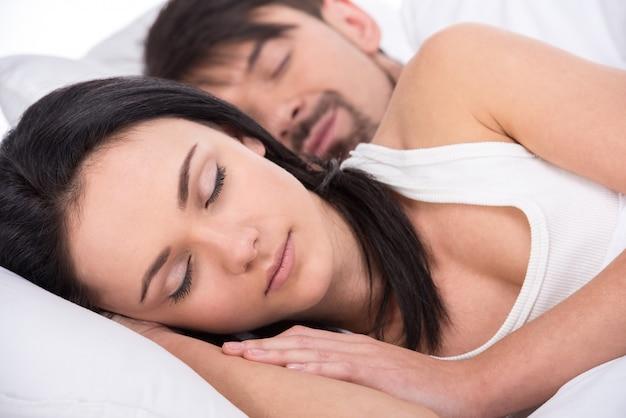 Ansicht eines jungen glücklichen paars schlafen im bett. Premium Fotos