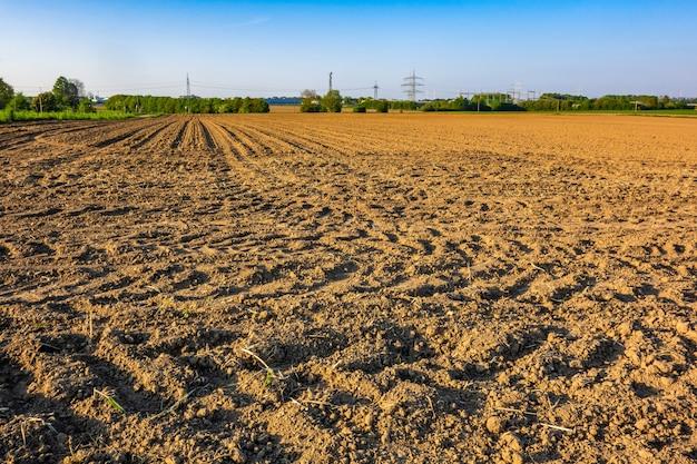 Ansicht eines landwirtschaftlichen feldes in einem ländlichen gebiet, das an einem hellen sonnigen tag gefangen genommen wird Kostenlose Fotos