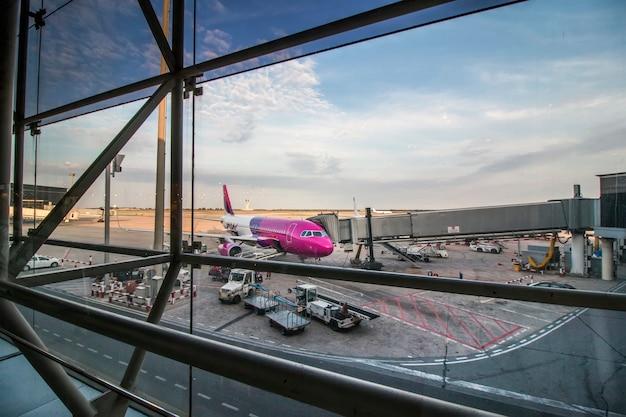 Ansicht eines rosa flugzeuges, das zum start auf dem flughafen von barcelona, spanien fertig wird. Premium Fotos