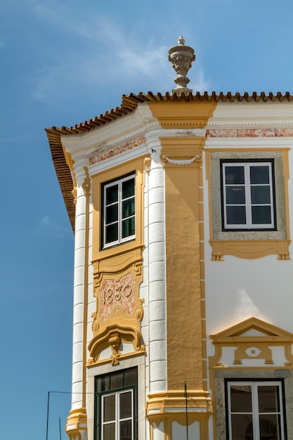 Ansicht eines typischen historischen gebäudes von den europäischen städten, gelegen in evora, portugal. Premium Fotos
