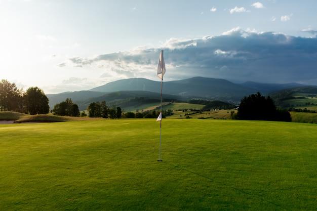 Ansicht über golffeld in den bergen Premium Fotos