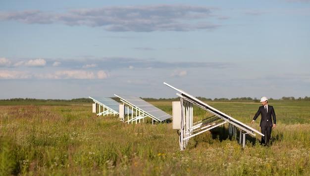 Ansicht über photovoltaikplatten des solarkraftwerks auf dem gebiet. Premium Fotos