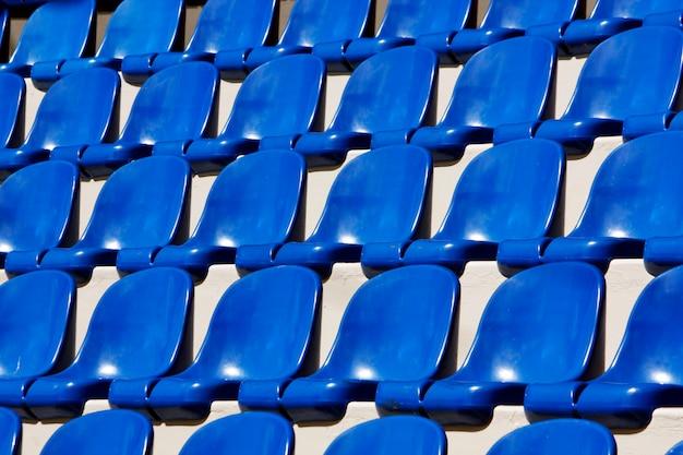 Ansicht vieler ausgerichteten blauen plastiksitze auf einem stadion. Premium Fotos