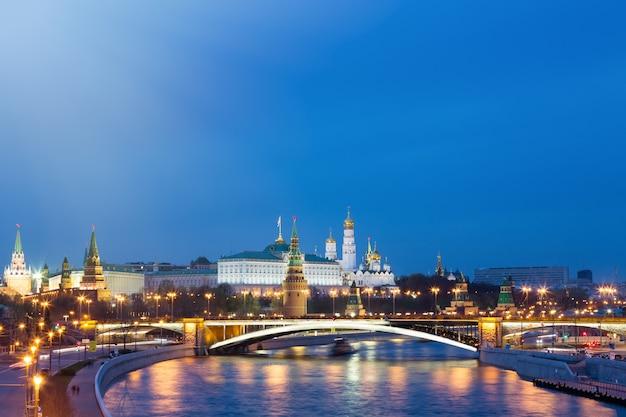 Ansicht vom kreml während der blauen stunde in moskau, russland Premium Fotos