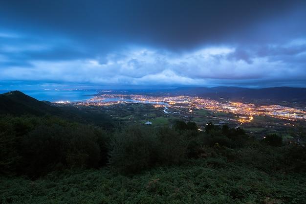 Ansicht von der txingudi-bucht mit der mündung des bidasoa-flusses zwischen irun, hondarribia und hendaia im baskenland. Premium Fotos