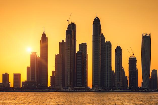 Ansicht von dubai mit sonne bei sonnenaufgang, vae. Kostenlose Fotos