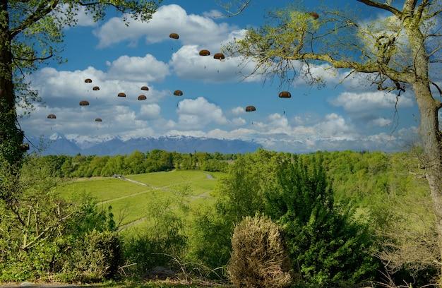 Ansicht von militärischen fallschirmjägern in der luft Premium Fotos