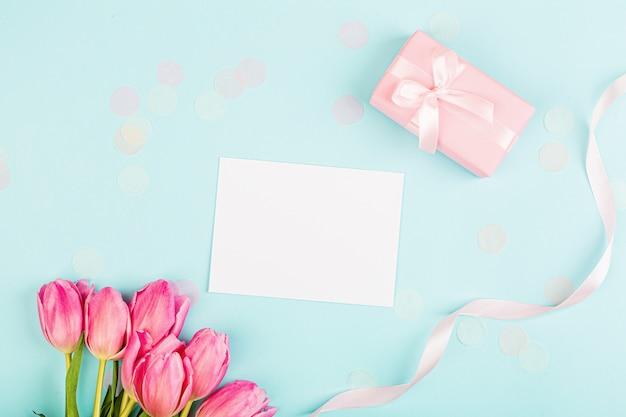 Ansicht von oben tulpen und geschenkbox mit kopierraum auf blau Premium Fotos