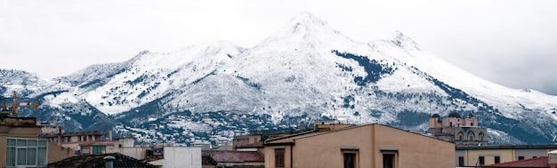 Ansicht von palermo mit schneebedecktem berg. berg cuccio Premium Fotos