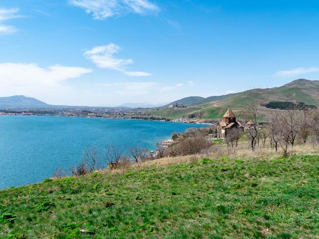 Ansicht von sevanavank-kirche in sevan, armenien am sonnigen frühlingstag Premium Fotos