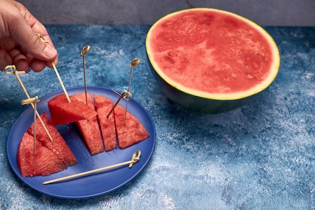 Ansicht von stücken roter und erneuernder wassermelone Premium Fotos