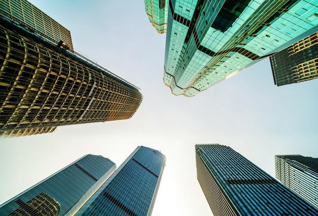 Ansicht von unten der wolkenkratzer Premium Fotos