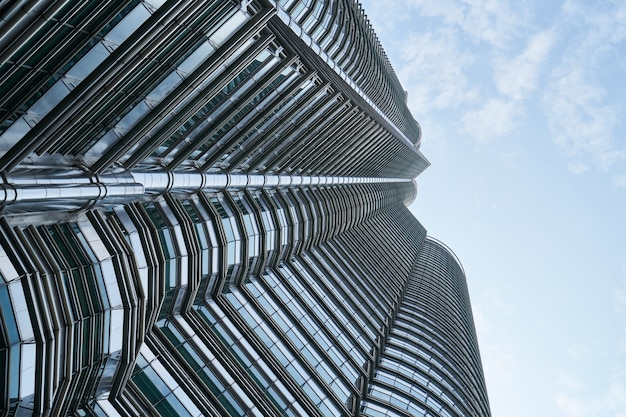 Ansicht von unten der zeitgenössischen wolkenkratzer Kostenlose Fotos
