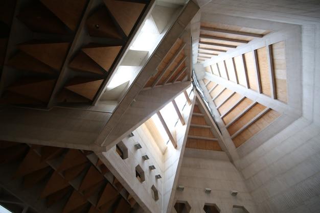 Ansicht von unten von einem weißen und braunen gebäudedach von innen Kostenlose Fotos