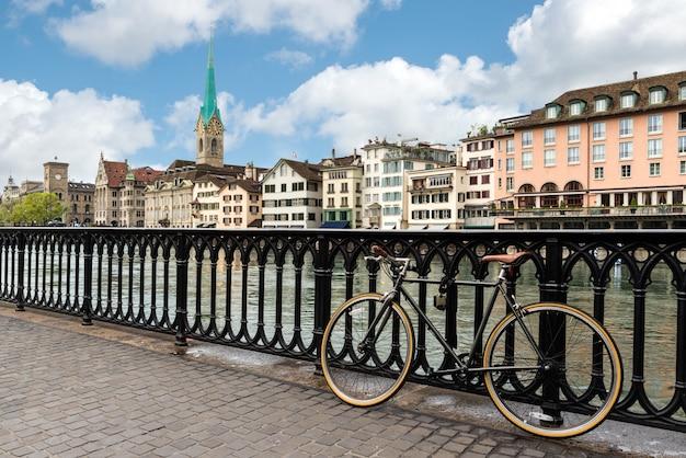 Ansicht von zürich auf fraumünster-kirche und st. peter-kirche Premium Fotos