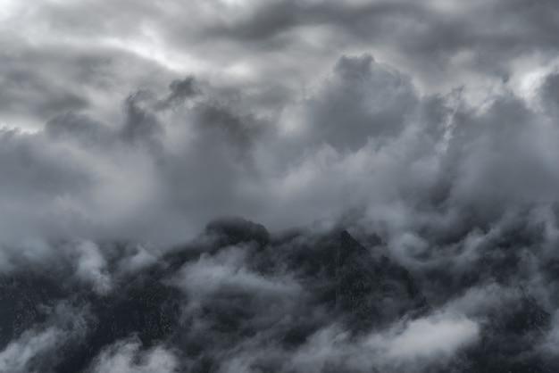 Ansicht zwischen den wolken der berge des nationalparks von picos de europa im norden von spanien Premium Fotos