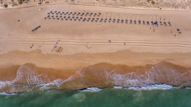 Antenne. blick vom himmel auf den portugiesischen strand an der algarve, vale de lobo. Premium Fotos