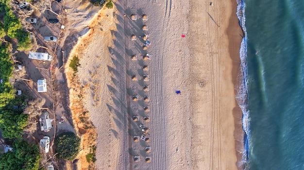Antenne. landschaft vom himmel der strände der algarve quarteira vilamoura. Premium Fotos