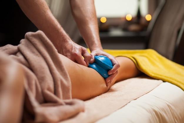 Anti-cellulite-massage in einem spa Kostenlose Fotos