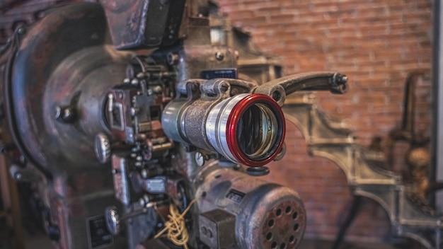 Antike rostige kamera mit stativ Premium Fotos
