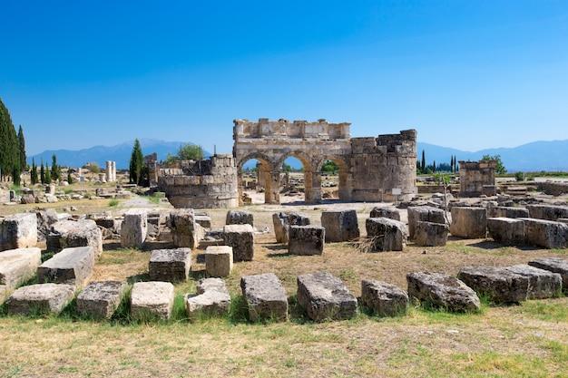 Antike ruinen in hierapolis, pamukkale, türkei. Premium Fotos