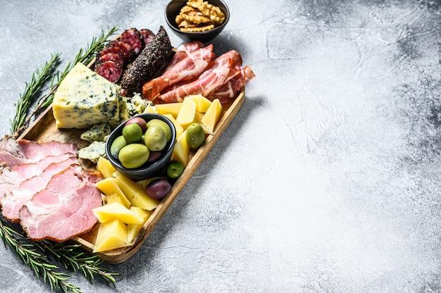 Antipastiplatte mit schinken, schinken, salami, blauschimmelkäse, mozzarella und oliven. ansicht von oben. copyspace hintergrund Premium Fotos