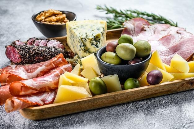 Antipastiplatte mit schinken, schinken, salami, blauschimmelkäse, mozzarella und oliven. ansicht von oben Premium Fotos